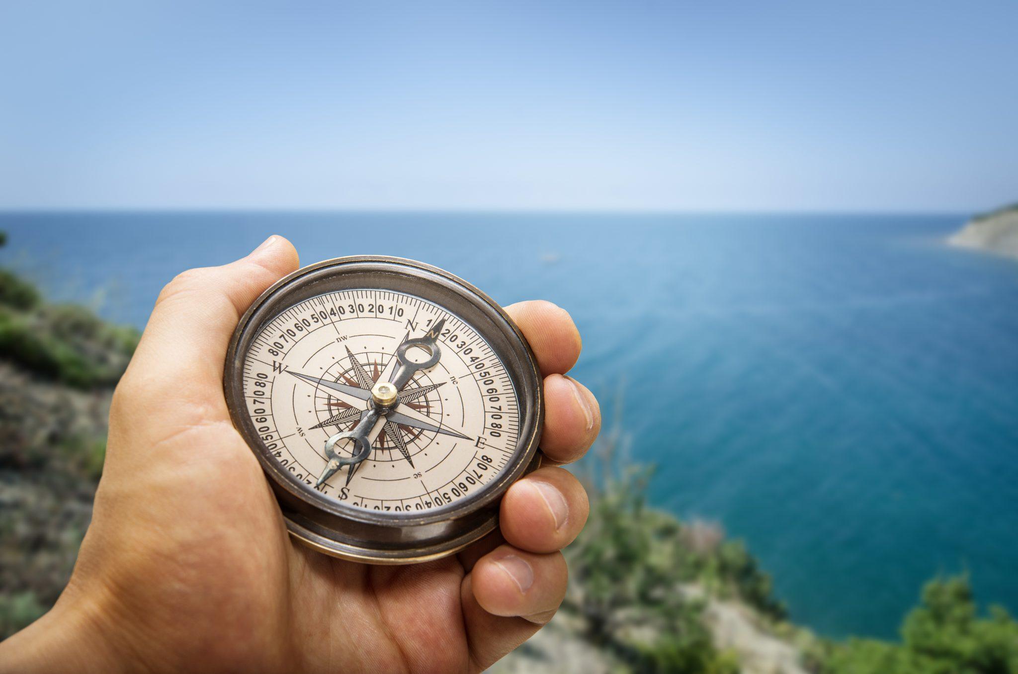 Mand med kompas symbolisere hvordan coaching guider dig